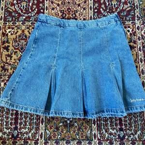 jätte söt jeanskjol från urbanoutfitters, använd typ en gång. köpt för ca 400kr. fraktar: 66kr❤️
