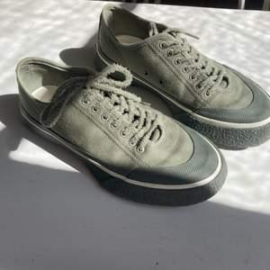 Gråa Laguna Sneakers från Etytys, använda 2 gånger och i väldigt bra skick. Passar perfekt nu inför hösten och är i tyg och med mocka snörning. Eytys påse och nya skosnören ingår ! Inköpspris: 1600kr                          Priset kan diskuteras vid visat intresse :)