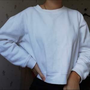 Ben/krämvit sweatshirt i lite croppad modell, tjockt tyg med mysig insida i lite fleeceaktigt material💞 i toppenskick! (Är färgen på bild 2, blev mer vit i kameran bara!)