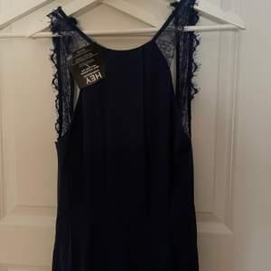 Superfin jumpsuit från Nelly! Köpt för x antal år sen men aldrig använd då jag inte hittat tillfälle! Kan tänka mig ett billigare pris vid snabb affär!🥰🥰