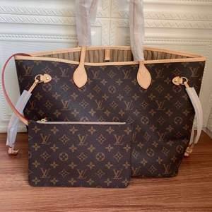 Säljer nu denna replica LV Neverfull MM väska i äkta läder i färgen Beige Monogram Canvas. Väskan är en klassiker som aldrig går ur trend, den rymmer mycket och neverfull pochetten medföljer också (den mindre väskan) och är perfekt om man ska ut och inte vill ta med en stor väska. Med väskorna kommer också en dustbag och ett