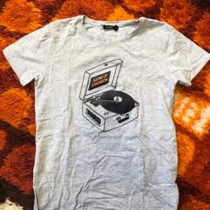 En grå tshirt från Lager 157, storlek XS men är oversize så skulle säga att den kan passa upp till en liten M! Går att mötas upp i Hagfors eller så skickad den med posten där köparen står för frakten!