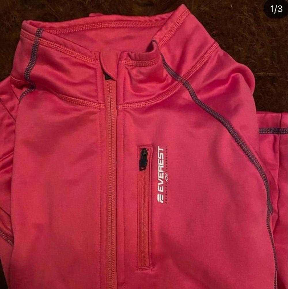 Säljer nu min rosa EVEREST fleece som jag åkt skidor i! 🤍. Huvtröjor & Träningströjor.