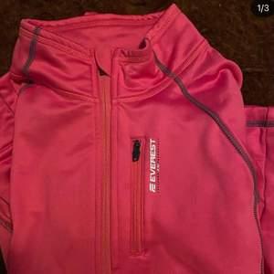 Säljer nu min rosa EVEREST fleece som jag åkt skidor i! 🤍