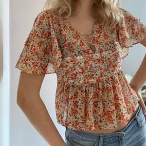 En väldigt fin blus från Zara i storlek S med dragkedja på sidan. Använd ett fåtal gånger.