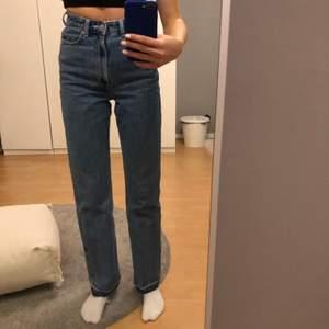 as snygga weekday jeans i modellen rowe. as snygg färg verkligen, men tyvärr sitter de lite stort på mig tycker jag, jag är 175.✨