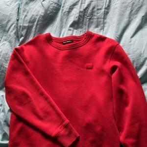 Röd Acne sweatshirt i storlek XS herr oversized på tjejer. Den är i bra skick och fortfarande gosig på insidan, jag säljer för jag tycker jag är fil i rött :) nypris 1800kr jag säljer för 700!