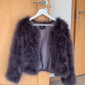 Lila/grå pälsjacka (äkta päls) från Hollies. Storlek S/M. Använd max 3 gånger, därav gott skick. Köptes för 900-1000 kr, mitt pris är 250 kr. Köparen står för frakt.✨