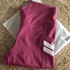 Rosa Aimn thigts med fickor på sidorna i storlek M. Testade en gång och tvättade. Supersköna men matchade inte färgmässigt med toppen (från ett annat märke) som jag skulle matcha till tyvärr. 350kr inklusive spårbar frakt med postnord :)