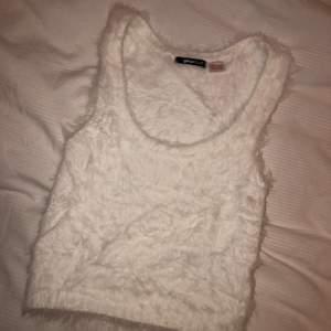 Ett vit trendigt linne från Gina Tricot. Aldrig använt. Storlek XS men passar S också