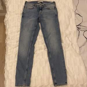 Säljer ett par jeans ifrån Gina Tricot, byxorna har blivit för små för mig och är också inte riktigt min stil längre💖 storlek : 28 tum