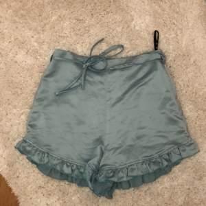Har inte använt dem, endast provat. Fint skick, jätte fina till typ ett linne eller som en pajamas del🤎🤎 köp direkt för 139:-