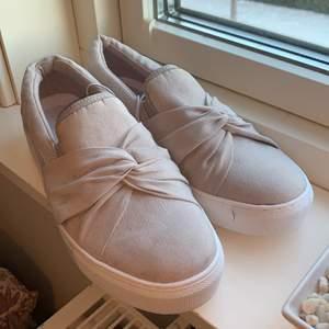 Beigea skor. Storlek 39, aldrig använda. Kommer inte ihåg vart de är köpta någonstans, kan vara på dinsko.