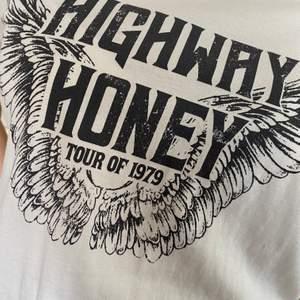 T-shirt från Gina Tricot med tryck. Storleken är L, men den är ganska liten för att va en L. Skulle säga att den mer passar en person som är s-m:) FRAKTEN INGÅR