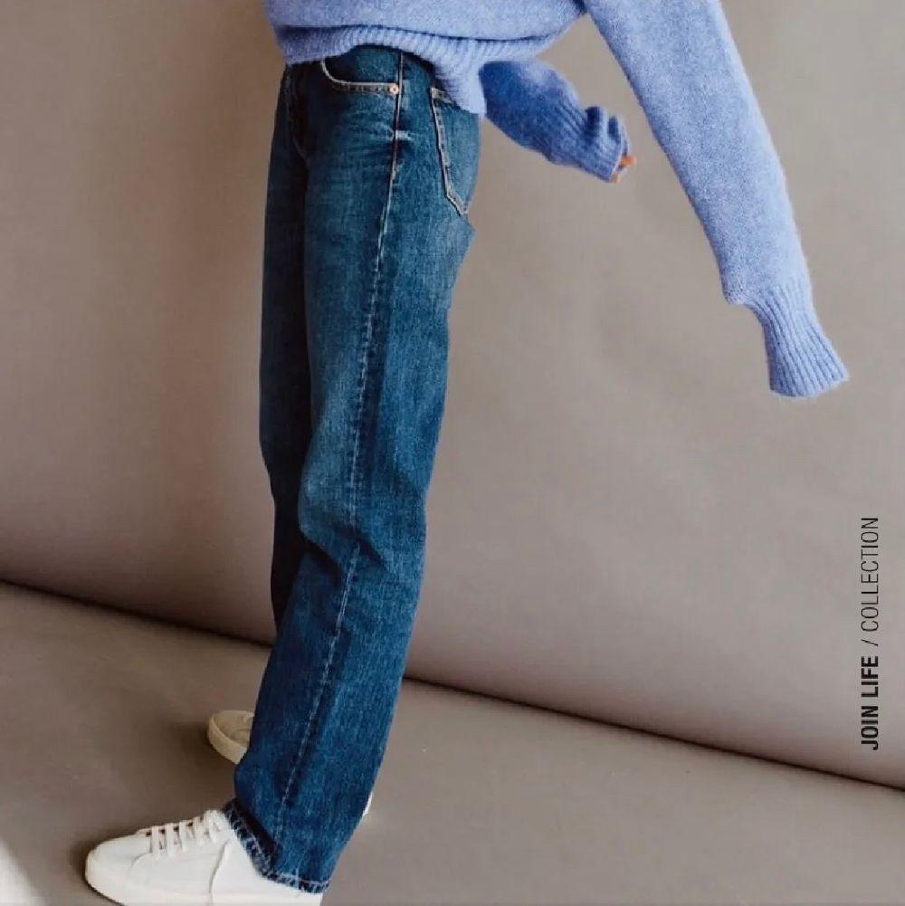 Säljer ett par helt nya lågmidjade jeans ifrån zara, prislappen är kvar. Säljes pga att jag köpte två st. Storlek 36. Är jeansen på bild nmr 1 och som i modellen på bild nmr 2💞lägg bud. Jeans & Byxor.