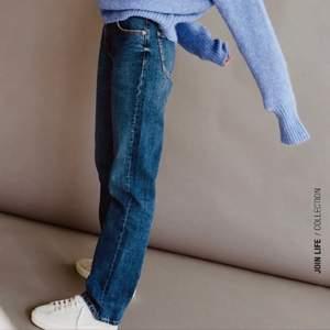 Säljer ett par helt nya lågmidjade jeans ifrån zara, prislappen är kvar. Säljes pga att jag köpte två st. Storlek 36. Är jeansen på bild nmr 1 och som i modellen på bild nmr 2💞lägg bud
