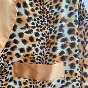Riktigt cool skjorta/ pyjamas med leopard print. Märket Franchesca fashion men köpt på second hand.🧡
