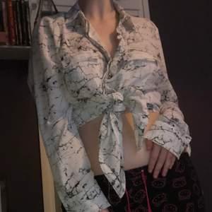 Säljer denna jätte coola skjortan/blusen som jag inte använder lika ofta längre😔 den är lite genomskinlig och passar många storlekar från S till L beroende på hur löst man vill att den ska sitta. Väldigt luftig och skön för sommaren💫✨