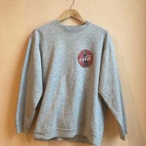 College sweater med coca cola tryck, okänt märke, köpt second hand. Mjuk i materialet, inga defekter eller fläckar. Strl L, jag har vanligtvis M. Frakt ingår🌟