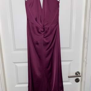 Blank Zara klänning med v-ringning! Storlek XS! Det står jättefin på 🤩 Jag använda en gång! Färg är plommon! Köpte för 399kr och vill sälja för 250kr😊