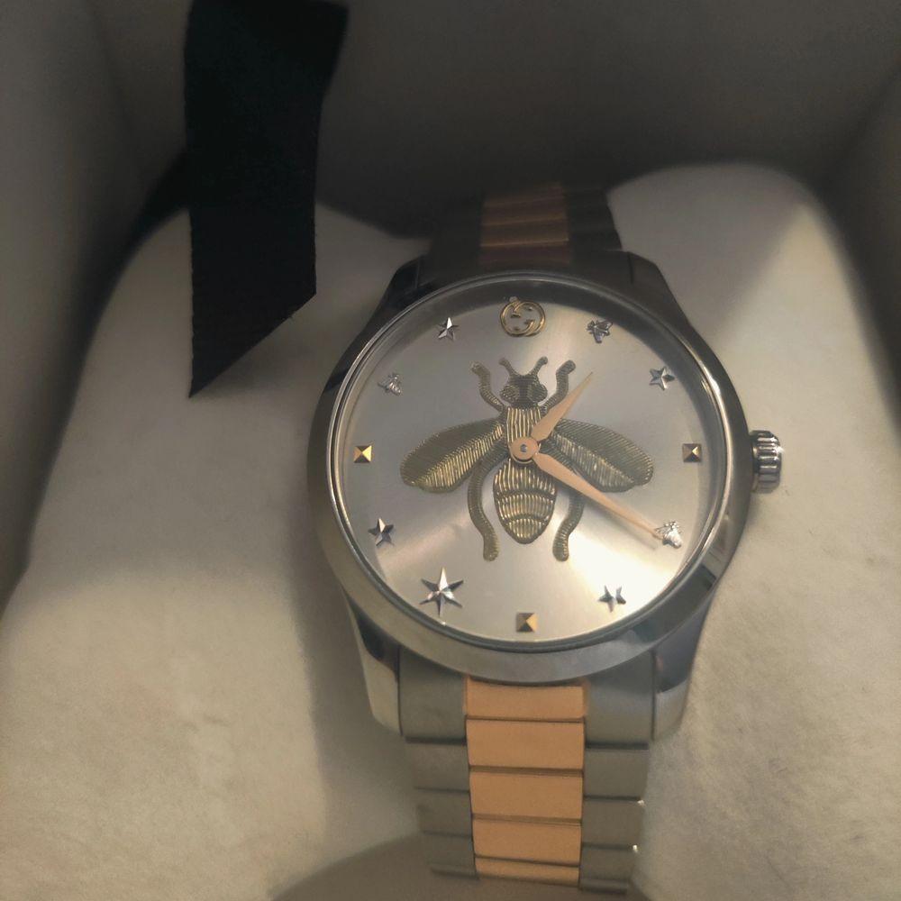 Köpte denna Gucci klocka i vintras för 11 tusen men blev att jag aldrig använder den helt enkelt så nu vill jag sälja den jag kommer sätta priset på 8500 kr men tänker inte ta några skambud under 6000 tusen. Accessoarer.
