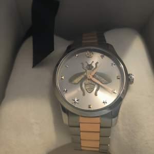 Köpte denna Gucci klocka i vintras för 11 tusen men blev att jag aldrig använder den helt enkelt så nu vill jag sälja den jag kommer sätta priset på 8500 kr men tänker inte ta några skambud under 6000 tusen