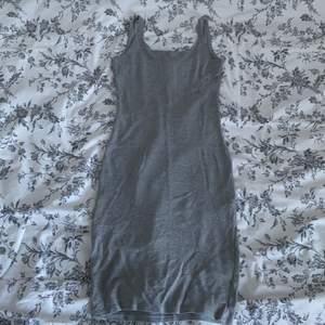 En tight grå klänning köpt på pullnbear. Den var för lång i armarna så jag sydde dem lite kortare, annars helt fel fri!