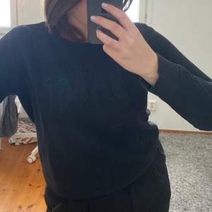 Svart collegetröja från Gant, märket står broderat i svart över bröstet vilket gör den mer diskret. Säljer då det inte är min stil längre. Köparen står för frakten.