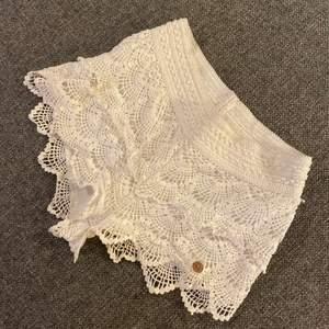 Fina vita shorts med spets. Den är i strl 158/164 men dem passade som xs. Jätte skönt midje band. Älskade dessa shorts men dem har tyvärr blivit lite för små för mig.💕💕några frågor, dm
