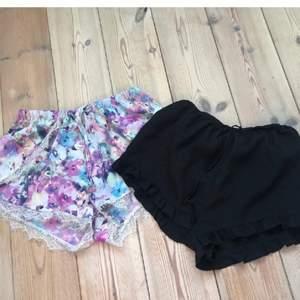 Shorts från Bikbok⚡️ 1 par för 30 båda för 50kr + liten fraktkostnad 💞  Svarta shortsen är i storlek XS och de blommiga i storlek S. Båda sitter bra på mig som oftast har S🌸🌸