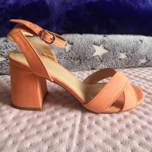 Jättefina sandaler i vårfärg, använda en gång :)