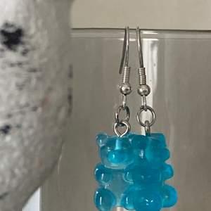 Nickelfria handgjorda örhängen med blåa gummibjörnar! Super söta till sommaren!
