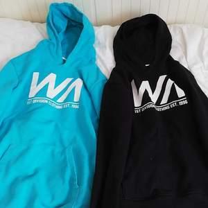 Två par fina hoodie där den svart är i storleken 146/152 och den blå/turkosa är i 158/164.Toppen skick på de båda! Båda för 129 kr eller en för 75 kr. Kan sam frakta iaf ni köper fler saker som jag har lagt upp 💕