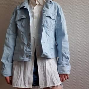 Pastellblå härlig jeansjacka som på mig funkat bra som en oversize-modell! Är tyvärr lite skrynklig då den legat nervikt och jag inte har ett strykjärn, annars i fint skick! 🤗