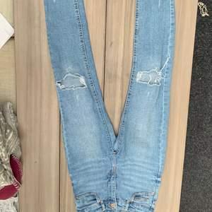 Säljer dessa jeans från Gina tricot med hål och slitningar🧡 sitter ganska tajt i midjan men lite större vid vaderna🧡 frakt 79kr🧡