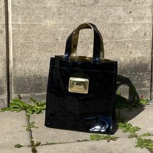 En fin svart Harrods väska i fint skick som inte längre kommer till användning. Kan mötas upp i Stockholm eller skicka mot extra kostnad.