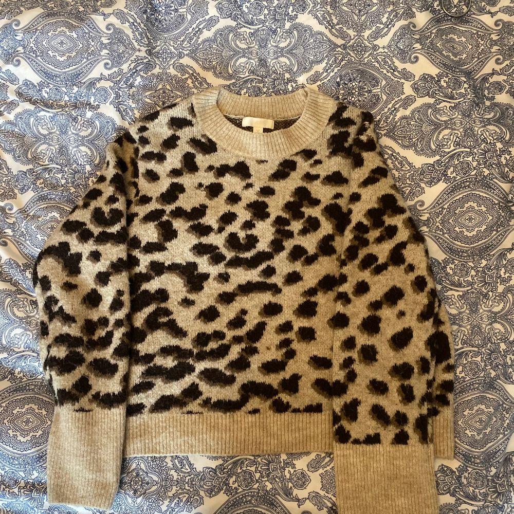 Jättefin tröja från h&m, använd 2 gånger, slutsåld från h&m. 💓 (återkommer med fraktpriset när den ska skickas)💓. Stickat.