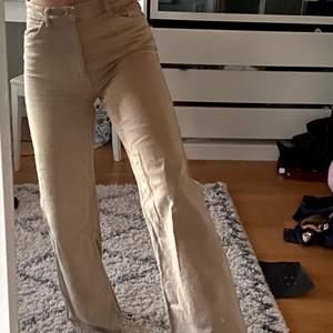 Beiga jättesnygga jeans! Köpta för ca ett år sen men använda  max 2 gånger pga att jag har andra likande