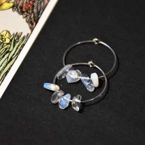 Hoops med ditt val av kristaller! På första bilden är det opalite, andra bilden granat och tredje är jordgubbskvarts. De andra som finns att välja på är; aventurin, ametist, rosenkvarts, bergskristall, onyx, gröngul jade, mossagat, tigeröga, karneol, blå bandagat och flourit.
