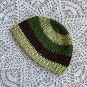 Virkad mössa som jag gjort!! Mörkgrön/ljusgrön/mörkbrun!! Omkretsen är 60 cm!!