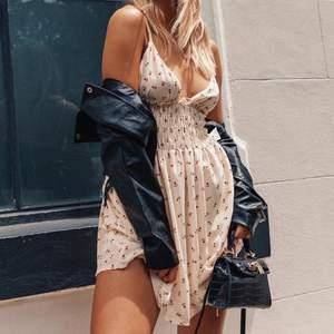 Finaste princess polly-klänningen som blir perfekt i sommar! Älskar tyget och stilen men då den tyvärr är för liten för mig måste jag sälja vidare😭 Helt ny och bara testad så lappen är kvar. Skickar gärna egna bilder privat. Högsta bud just nu är 310 + frakt