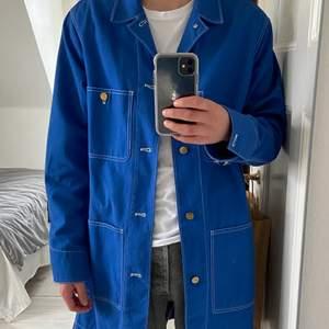 Säljer en oanvänd ACNE studios x Blå Konst kappa, nypris 2600. Väldigt unikt klädesplagg, aldrig sett någon ha en likadan. Öppen för budgivning. Storlek M/L