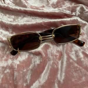 Säljer dessa bruna super snygga solglasögon! Använda en gång, säljer då dom inte används! Frakt tillkommer 24kr❗️