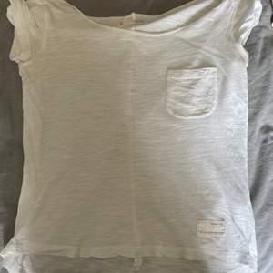 En helt vanlig basic tshirt med en ficka där fram, superskön och fin💓