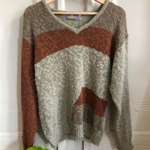 Vintage stickad tröja från märket harajuku🌼 Supermjuk v-ringad stickad vintage tröja med coolt mönster. Kontakta mig vid frågor :)