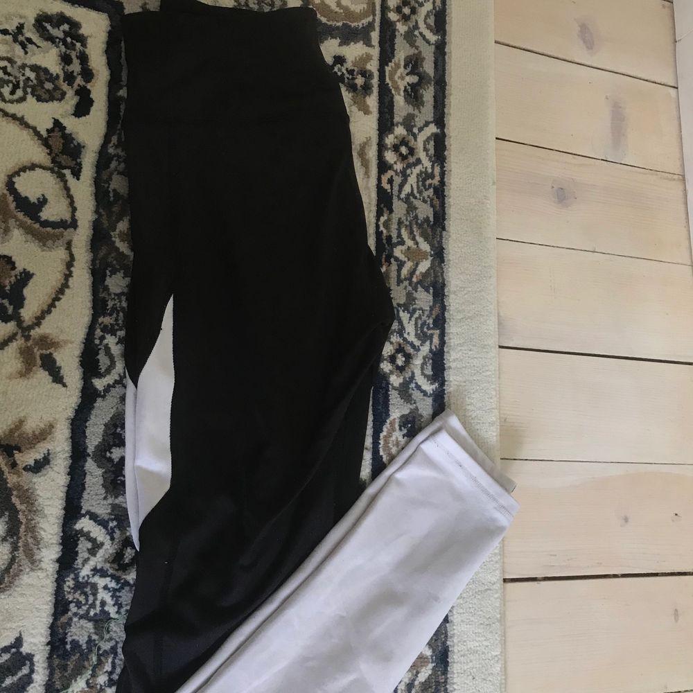 Vit svarta tights. Jeans & Byxor.