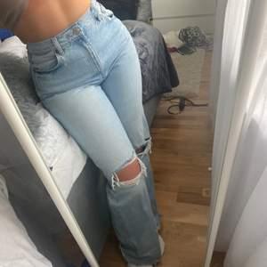 Säljer ett par blåa populära jeans från zara som är slutsålda. Jeansen är i storlek 40 men sitter som 38. De är i väldigt bra skick och säljs därför från 200kr+frakt