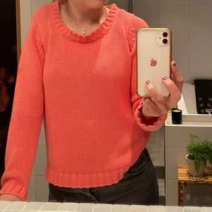 En fin ceriserosa stickad tröja i stl S. Perfekt nu till våren och sommaren!☀️ Använd ett fåtal gånger. Lite uttöjd vid kragen, så därav det billiga priset. Hör av dig vid fler frågor!💗