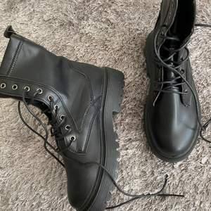 Super snygga, häftiga och trendiga svarta kängor. Säljer eftersom de inte passade mig och tiden för att lämna tillbaka dem hade passerat. Skorna är därför helt nya, oanvända och i toppskick.