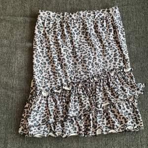 Leopardkjol, aldrig använd. Prislapp kvar. Skulle säga att de passar storlek S🤎 30kr, frakten ingår i priset